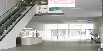柳都大橋側から入った万代島ビル1Fロビーの写真